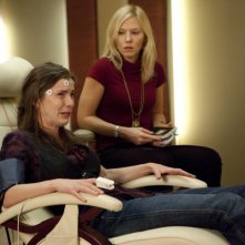 Past Life: Betty Gilpin e Kelli Giddish nell'episodio Dead Man Talking