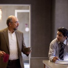 Past Life: Ravi Patel e Richard Schiff in una scena dell'episodio Dead Man Talking