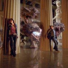 Alexandra Daddario, Logan Lerman e Brandon T. Jackson si nascondono dalle fauci di un mostro nel film Percy Jackson e gli Dei dell'Olimpo: Il ladro di fulmini