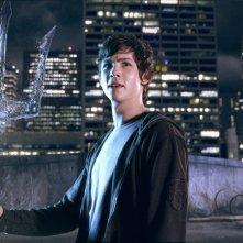 Percy (Logan Lerman) con il tridente di Poseidone in una scena del film Percy Jackson e gli dei dell'Olimpo: Il ladro di fulmini