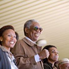 Leleti Khumalo, Morgan Freeman e Adjoa Andoh in una scena del film Invictus