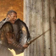 Sam Worthington impegnato in battaglia in Clash of the Titans