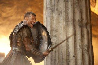 Sam Worthington impegnato in battaglia in Clash of the Titans