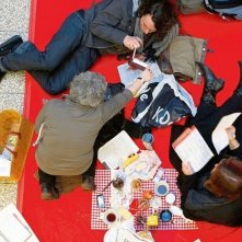 Berlinale 2010 - a volte la fila per assicurarsi i biglietti è lunga, e il pubblico si attrezza come può per passare il tempo.