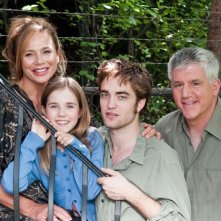 Lena Olin, Ruby Jerins, Robert Pattinson e Gregory Jbara in una foto promo del film Remember Me
