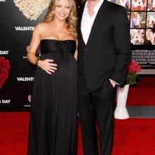 Rebecca Gayheart e Eric Dane posano per i fotografi alla premiere del film Valentine's Day