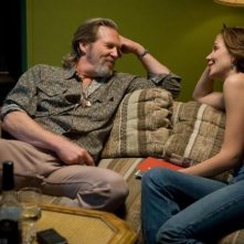 Jeff Bridges e Maggie Gyllenhaal in un'immagine tratta dal film Crazy Heart