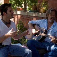 Jeff Bridges si esercita alla chitarra con Scott Cooper nel film Crazy Heart