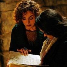 Nonna Bennett (Jasmine Guy) e Bonnie (Katerina Graham) studiano il grimorio nell'episodio Fool Me Once di Vampire Diaries