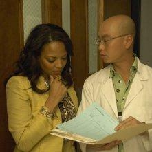 Una sequenza dell'episodio Remains to be Seen di Dexter con Lauren Velez e C.S. Lee