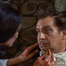 Vincent Price e Barbara Steele in una scena del film Il pozzo e il pendolo ( 1961 )