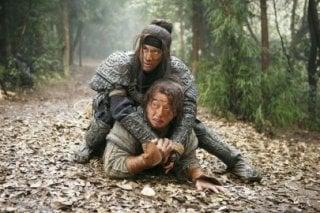 Jackie Chan e Wang Leehom nel film Da bing xiao jiang (Little Big Soldier)