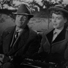 Kent Smith e Dorothy McGuire nel film La scala a chiocciola.
