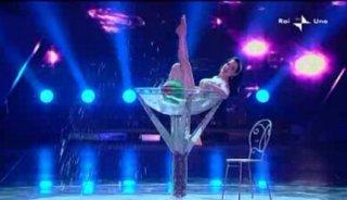 Sanremo 2010, prima serata: Dita Von Teese durante la sua performance