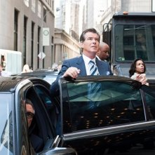 Charles (Pierce Brosnan) efermo nel traffico nel film Remember Me