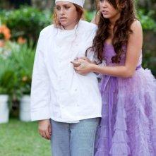 Miley Cyrus e Carly Chaikin in una scena di The Last Song