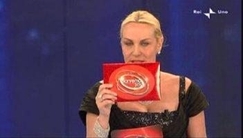 Sanremo 2010, Antonella Clerici con la busta dei tre finalisti