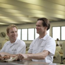Ewan McGregor e Jim Carrey detenuti sorridenti nel film I Love You Phillip Morris