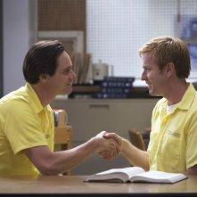Jim Carrey e Ewan McGregor in una sequenza del film I Love You Phillip Morris