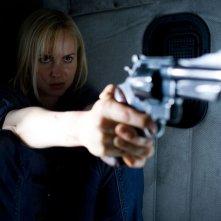 Judy Dutton (Radha Mitchell) armata di pistola in una sequenza di The Crazies