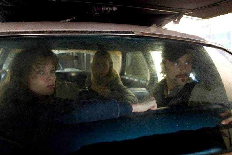 Una Scena In Auto Con Danielle Panabaker Radha Mitchell E Joe Anderson Nel Film The Crazies 147555