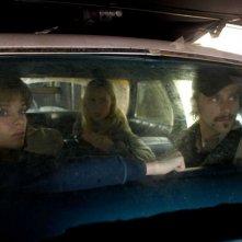 Una scena in auto con Danielle Panabaker, Radha Mitchell e Joe Anderson nel film The Crazies