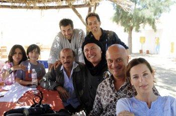 Il regista Franco Amurri con il cast di Due imbroglioni e... mezzo!