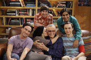 La guest star Stan Lee con il cast di The Big Bang Theory per l'episodio The Excelsior Acquisition