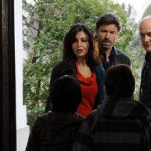 Sabrina Ferilli nel ruolo di Gina, Paolo Conticini nel ruolo di Max e Claudio Bisio nel ruolo di Lello nella serie Due imbroglioni e mezzo
