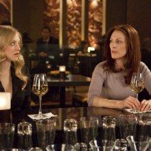 Amanda Seyfried e Julianne Moore in una scena del film Chloe