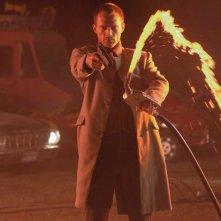 Paul Bettany combatte l'inferno in una scena del film Legion