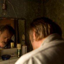 Ursula Strauss e Johannes Krisch, di riflesso nello specchio, in un'immagine del film Revanche