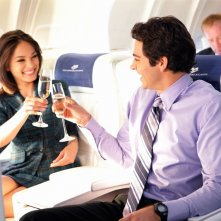 Zachary Levi e Kristin Kreuk) brindano in un momento dell'episodio Chuck Vs. First Class