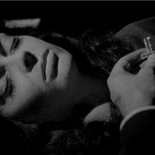Barbara Steele in una scena del film La maschera del demonio