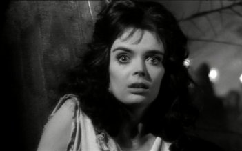 Barbara Steele in una scena dell\'horror La maschera del demonio