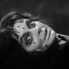 Barbara Steele in una scena horror del film La maschera del demonio