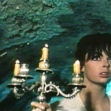 Barbara Steele in una sequenza del film L'orribile segreto del dottor Hichcock (1962)