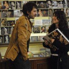 Fabio Ghidoni in una scena de I Cesaroni accanto ad Alessandra Mastronardi