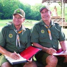 Robin Williams e John Travolta in versione scout nel film Daddy Sitter