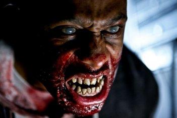 Un'immagine terrificante dall'horror The Horde