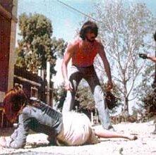 Don Backy con Lea Lander e George Eastman in una scena di Semaforo Rosso (Cani arrabbiati)