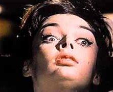 Barbara Steele in una scena del film L'orribile segreto del dottor Hichcock (1962)