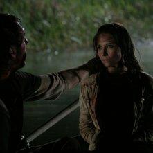 Ben (Joel David Moore) consola Marybeth (Tamara Feldman) in una scena di Hatchet