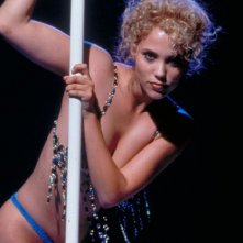 Elizabeth Berkley in una scena del film Showgirls