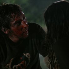 Joel David Moore e Tamara Feldman in una truculenta sequenza dell'horror Hatchet