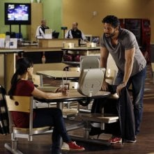 Lisa Goldstein (di spalle) e Joe Manganiello nell'episodio At The Bottom Of Everything di One Tree Hill