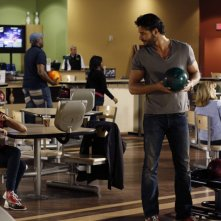 Lisa Goldstein e Joe Manganiello al bowling in una scena dell'episodio At The Bottom Of Everything di One Tree Hill