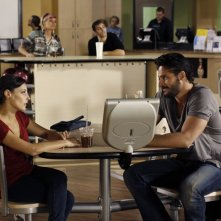 Lisa Goldstein (Millicent) e Joe Manganiello (Owen) in una scena dell'episodio At The Bottom Of Everything di One Tree Hill