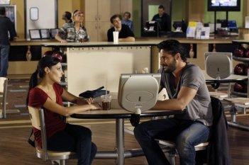 Lisa Goldstein (Millicent) e Joe Manganiello (Owen) in una scena dell'episodio At The Bottom Of Everything di One Tree Hill
