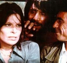 Maurice Poli con  Lea Lander e Luigi Montefiori in una scena di Semaforo Rosso (Cani arrabbiati)